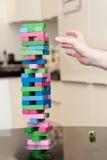 Obsługuje bawić się drewnianego bloku grę przy przyjęciem Zdjęcia Royalty Free