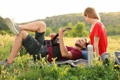 Obsługuje bawić się gitarę dla jego dziewczyny w pustkowiu Obraz Stock
