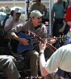 Obsługuje bawić się gitarę z innymi instrumentami przy festi Fotografia Royalty Free