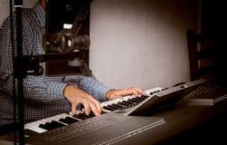 Obsługuje bawić się muzyczną klawiaturę w zakończeniu up strzelał Fotografia Royalty Free