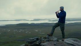 Obsługuje bawić się na flecie przy góra szczytem zbiory wideo