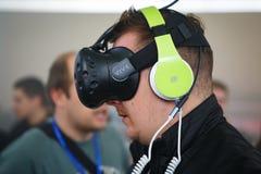 Obsługuje bawić się VR grę z HTC Vive słuchawki obrazy stock