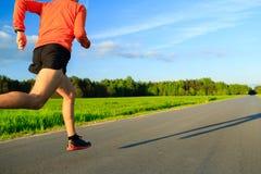Obsługuje bieg na wiejskiej drodze, stażowej inspiraci i motywaci, Zdjęcie Stock