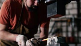 Obsługuje blacksmith w warsztatowego skucia gorącym żelazie na kowadle - mały biznes zbiory wideo