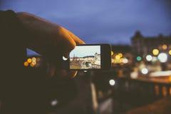 Obsługuje brać fotografię Pulteney most z smartphone przy nigh Zdjęcia Royalty Free