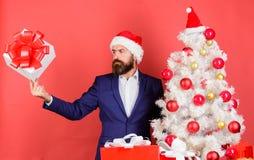 Obsługuje brodatego modnisia formalny kostium szczęśliwy świętuje boże narodzenia Szybka prezent dostawa Prezenta usługowy pojęci fotografia stock