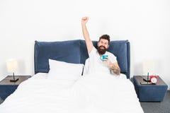 Obsługuje brutalnego przystojnego modnisia sypialni napoju relaksującą kawę Brodaty facet cieszy się ranek kawę Melodia wewnątrz  obraz stock