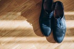 Obsługuje buty na drewnianym tle obraz royalty free