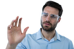 Obsługuje być ubranym ochronnego eyewear udaje dotykać niewidzialnego przedmiot Obraz Stock