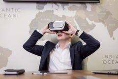Obsługuje być ubranym rzeczywistość wirtualna gogle, biznesmen robi gestom zdjęcie stock