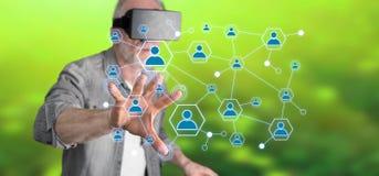 Obsługuje być ubranym rzeczywistości wirtualną słuchawki dotyka ogólnospołeczną sieć na dotyka ekranie Zdjęcia Royalty Free