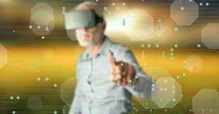Obsługuje być ubranym rzeczywistości wirtualną słuchawki dotyka technologii cyfrowej pojęcie na dotyka ekranie Zdjęcie Stock