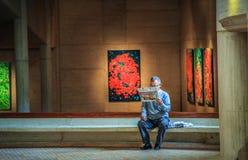 Obsługuje chłodzić czytający mię ` s papier w galerii sztuki Bogota, Cundinamarca, Colombia Obrazy Royalty Free