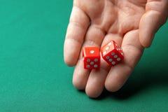 Obsługuje chwyty dwa czerwień dices one na zielonym grzebaka hazardu stole w kasynie i rzuca Pojęcie uprawiać hazard, zwycięzca l obraz stock