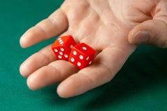 Obsługuje chwyty dwa czerwień dices one na zielonym grzebaka hazardu stole w kasynie i rzuca Pojęcie uprawiać hazard, zwycięzca l obrazy stock