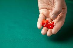 Obsługuje chwyty dwa czerwień dices one na zielonym grzebaka hazardu stole w kasynie i rzuca Pojęcie uprawiać hazard, zwycięzca l zdjęcia stock