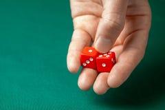 Obsługuje chwyty dwa czerwień dices one na zielonym grzebaka hazardu stole w kasynie i rzuca Pojęcie uprawiać hazard, zwycięzca l fotografia royalty free