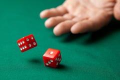 Obsługuje chwyty dwa czerwień dices one na zielonym grzebaka hazardu stole w kasynie i rzuca Pojęcie uprawiać hazard, zwycięzca l fotografia stock