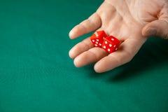 Obsługuje chwyty dwa czerwień dices one na zielonym grzebaka hazardu stole w kasynie i rzuca Pojęcie uprawiać hazard, zwycięzca l obrazy royalty free