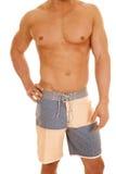 Obsługuje ciało w swimsuit stojaka ręce na biodrze Fotografia Stock