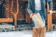 Obsługuje ciapania drewno na śnieżnym jardzie dla domowej graby z ciężkim płatek śniegu tłem Zimy wsi wakacji pojęcia wizerunek fotografia stock