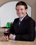 Obsługuje cieszyć się szkło wino w barze zdjęcia royalty free