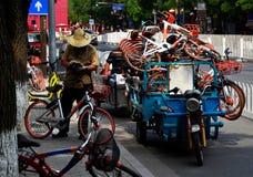 Obsługuje czeka do wynajęcia bicyles w ulicach Pekin, Chiny fotografia stock