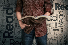 Obsługuje czytać książkę i słowo Czyta na tle zdjęcia royalty free