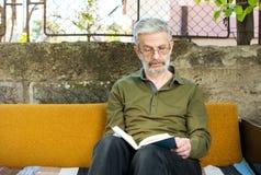 Obsługuje czytać książkę w kanapy łóżku outdoors Obrazy Royalty Free