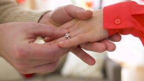 Obsługuje dawać diamentowemu pierścionkowi kobieta przy valentines dniem zbiory wideo