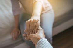 Obsługuje dawać ręce przygnębiona kobieta, psychiatra mienia ręk pacjent, Meantal opieki zdrowotnej pojęcie fotografia stock