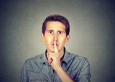 Obsługuje dawać Shhhh zaciszności, cisza, tajny gest obraz royalty free