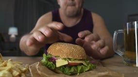 Obsługuje dekorować kaloria hamburger z sałatkowym liściem, przygotowywa jeść, otyłość zdjęcie wideo