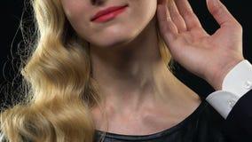 Obsługuje delikatnie muskać kobiety na delikatnej skórze szyja, plciowy przyciąganie, pasja zbiory wideo