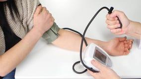 Obsługuje doktorskiego pomiarowego ciśnienie krwi kobieta pacjent zbliżenie zbiory