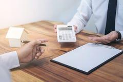 Obsługuje domową polisę ubezpieczeniową na kredytach mieszkaniowych szyldowy, Faktorski faktorski chwyt Obraz Stock
