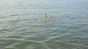 Obsługuje dopłynięcie w morzu, odpoczynek na wodzie zdjęcie wideo