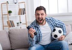 Obsługuje dopatrywanie futbol na tv, odświętność cel fotografia stock