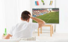 Obsługuje dopatrywanie mecz piłkarskiego na tv lub futbol w domu Zdjęcie Royalty Free
