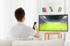 Obsługuje dopatrywanie mecz piłkarskiego na tv lub futbol w domu Obrazy Royalty Free