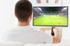 Obsługuje dopatrywanie mecz piłkarskiego na tv lub futbol w domu Obraz Stock