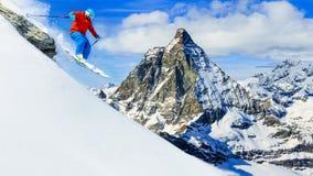 Obsługuje doskakiwanie od skały, narciarstwo na świeżym prochowym śniegu z Matt obrazy stock