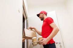Obsługuje dostarczać kawę i jedzenie klienta dom zdjęcie stock