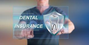 Obsługuje dotykać stomatologicznego ubezpieczenia pojęcie na dotyka ekranie Obrazy Royalty Free