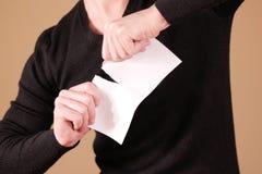 Obsługuje drzeć kawałek papieru w przyrodniej pustej białej ulotki broszurce Zdjęcie Stock