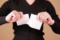 Obsługuje drzeć kawałek papieru w przyrodniej pustej białej ulotki broszurce Obrazy Stock