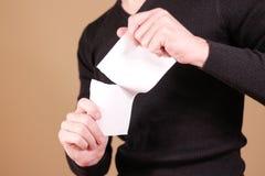 Obsługuje drzeć kawałek papieru w przyrodniej pustej białej ulotki broszurce Fotografia Stock