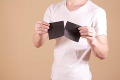 Obsługuje drzeć kawałek papieru w przyrodniej pustej czarnej ulotki broszurce Fotografia Stock