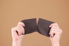 Obsługuje drzeć kawałek papieru w przyrodniej pustej czarnej ulotki broszurce Fotografia Royalty Free