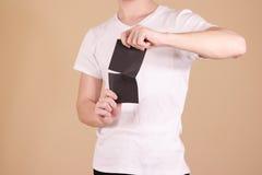 Obsługuje drzeć kawałek papieru w przyrodniej pustej czarnej ulotki broszurce Obrazy Stock
